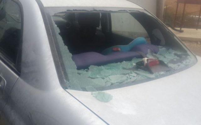 Le pare-brise d'un véhicule israélien après une attaque de jets de pierre près de l'implantation de Tekoa en Cisjordanie le 7 octobre 2015 (Photo: Autorisation)