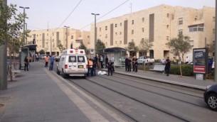 Les services d'urgence sur la scène d'une attaque au couteau dans le quartier de Pisgat Zeev à Jérusalem le lundi 12 octobre 2015 (Crédit: Police israélienne)