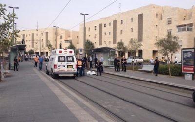 Services d'urgence sur la scène d'une attaque au couteau dans le quartier de Pisgat Zeev, à Jérusalem, le 12 octobre 2015. (Crédit : police israélienne)