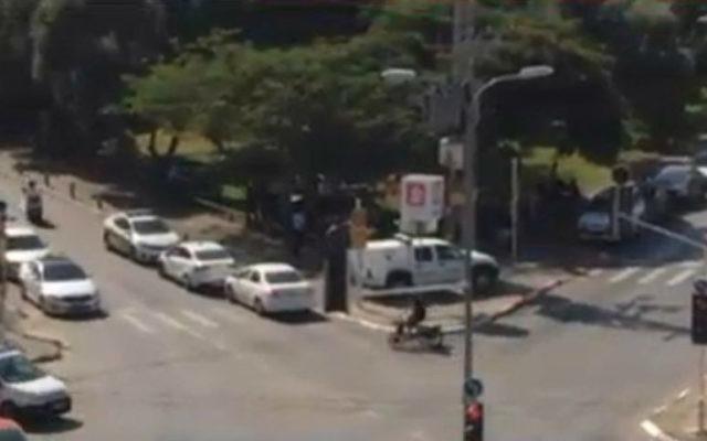 Les véhicules de la police à Givatayim à la recherche d'un véhicule suspect le 15 octobre 2015 (Crédit : capture d'écran / Ynet)