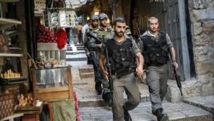 Des agens de la police des frontières patrouillant dans le marché près de la porte de Jaffa, dans la Vieille Ville de Jérusalem, le 11 octobre 2015 (Credit photo: Hadas Parush / Flash90)