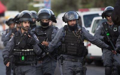 Policiers israéliens sur la scène où une attaque au couteau a eu lieu  Porte de Damas dans la Vieille Ville de Jérusalem le 10 octobre 2015 (Crédit photo: Yonatan Sindel / Flash90)