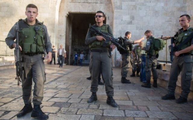 Policiers près de la scène où a eu lieu une tentative  d'attaque au couteau à la Porte de Damas dans la Vieille Ville de Jérusalem, le 14 octobre 2015 (Crédit photo: Yonatan Sindel / Flash90)