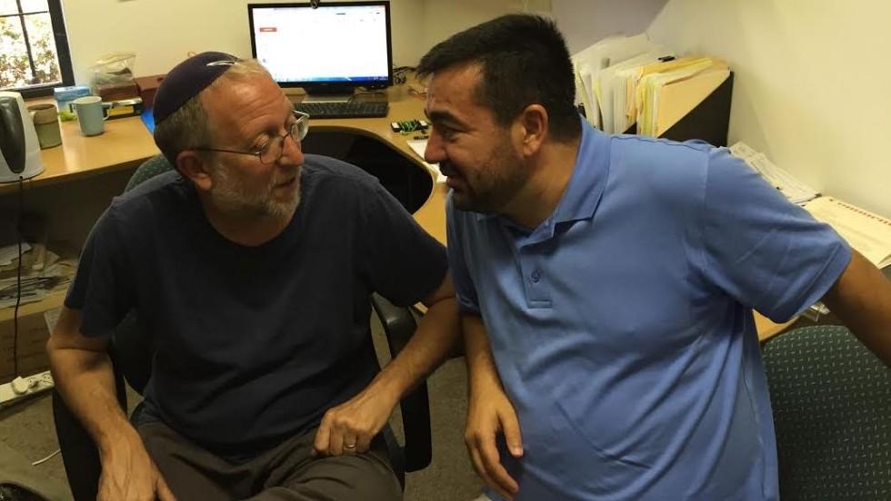 Yossi Klein Halevi (à gauche) et de l'imam Abdullah Antepli, au bureau de l'Institut Hartman Halevi (Crédit : DH / Times of Israel staff)