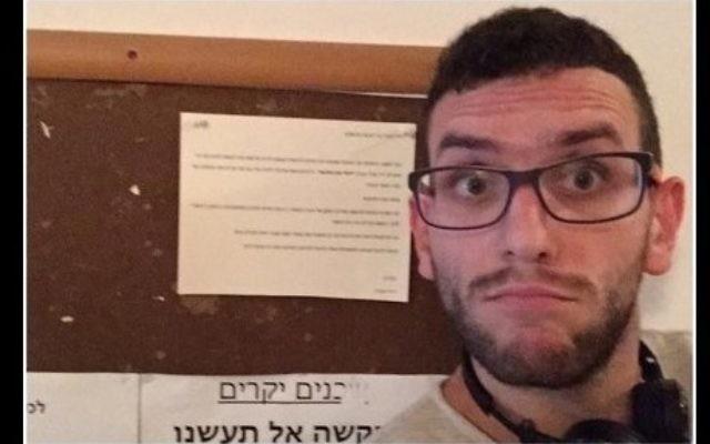 Un résident arabe de Tel-Aviv prend un selfie devant une notice anti-arabe accrochée dans la cage d'escalier de son immeuble le 12 octobre 2015 (Crédit : Capture d'écran Facebook)