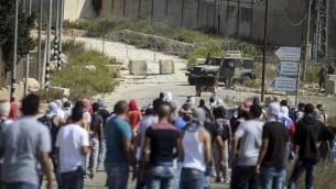 Des Palestiniens s'affrontent avec la police après une manifestation dans la ville de Ramallah en Cisjordanie, le lundi 5 octobre 2015 (Crédit photo: Flash90)
