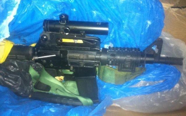 Le Shin Bet a annoncé avoir récupéré le M16 utilisé dans l'attaque de jeudi soir sur les Henkin (Crédit : IDF)
