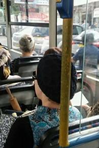 Une femme armée d'un rouleau à pâtisserie (Crédit : Facebook)