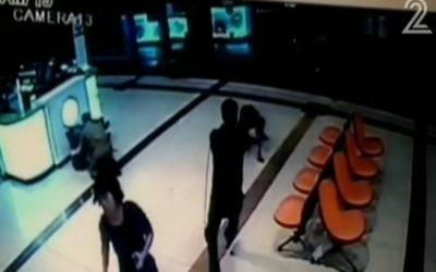 Images de la caméra de sécurité montrant un homme érythréen dans la station centrale d'autobus de Beer Sheva le 18 octobre, 2015. (Capture d'écran: Deuxième chaîne)