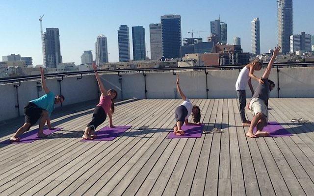 Du Yoga sur un rooftop à SOSA-The Junction (Crédit : Facebook)