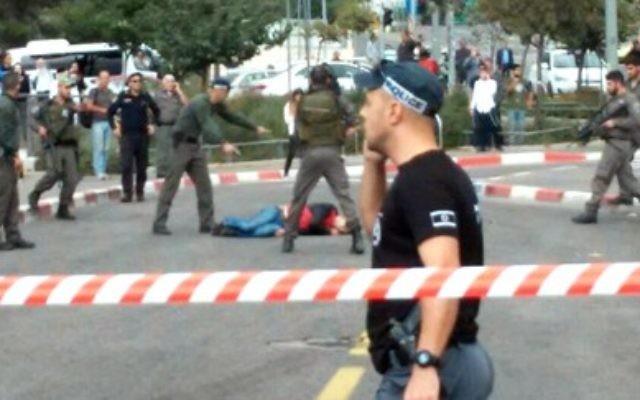 Le site de l'attaque au couteau à Jérusalem le 30 octobre 2015 (Crédit : Capture d'écran Deuxième chaîne)