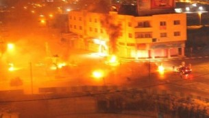 Incendie allumé par des émeutiers palestiniens au tombeau de Joseph à Naplouse en Cisjordanie, le 16 octobre 2015. (Crédit : capture d'écran)