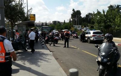 Des policiers sur les lieux d'une attaque au couteau à Jérusalem, le jeudi 8 octobre 2015.  (Crédit : Magen David Adom)