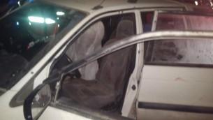 Le véhicule dans lequel Naama et Eitam Henkin ont été assassinés dans un attentat terroriste près de l'implantation d'Itamar en Cisjordanie, le jeudi 1er octobre 2015 (Photo: Autorisation United Hatzalah)
