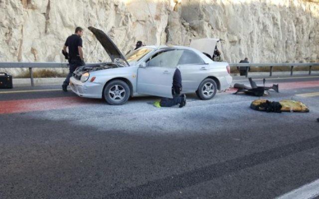 Les policiers sur les lieux d'une tentative d'attentat à la bombe près de Maale Adumim, à l'est de Jérusalem, le 11 octobre 2015. (Crédit : Police israélienne)