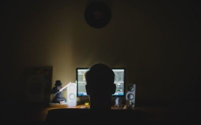 Un homme devant son ordinateur. Illustration. (Crédit : Pixabay)