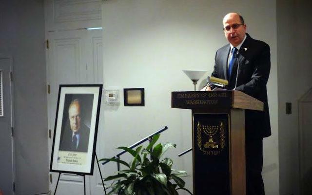 Le ministre de la Défense Moshe Yaalon lors d'un discours pendant une cérémonie commémorative à Washington pour marquer le 20e anniversaire de l'assassinat du Premier ministre Yitzhak Rabin le 26 octobre  2015 (Crédit : Ariel Hermoni / Ministère de la Défense)
