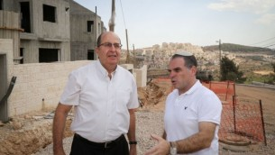 Le ministre de la Défense Moshe Yaalon (à gauche), avec le maire d'Efrat Oded Ravivi (à droite) dans l'implantation du Gush Etzion le 30 septembre 2015 (Crédit photo: Gershon Elinson / Flash90)