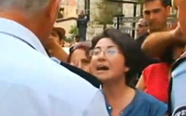 La députée Hanin Zoabi (Balad) à une manifestation à Haïfa, pendant le conflit de Gaza en juillet 2014 (Crédit : capture écran de la Deuxième Chaîne)