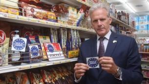 Michael Oren (Koulanou) montre une étiquette 'Made in Europe' qu'il avait préparée il y a quelques semaines en réponse à la décision européenne visant à étiqueter les produits fabriqués dans les implantations. (Autorisation)
