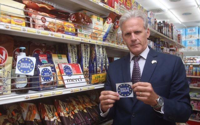 Michael Oren, député de Koulanou, montre une étiquette 'Made in Europe' préparée en réponse à la décision européenne d'étiqueter les produits fabriqués dans les implantations israéliennes, en novembre 2015. (Crédit : autorisation de Michael Oren)