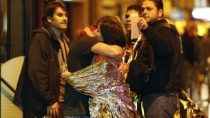 Les gens sont évacués de la rue Oberkampf à proximité de la salle de concert du Bataclan à Paris, le 14 novembre 2015. (Crédit : AFP PHOTO / MIGUEL MEDINA)