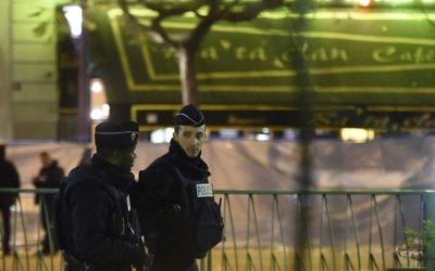 Des policiers patrouillant près de la scène de crime à proximité de la salle de concert au Bataclan le 14 novembre 2015  à Paris, un jour après une série d'attaques coordonnées dans et autour de Paris. les djihadistes de l'Etat Islamique ont revendiqué les attaques de Paris qui ont tué au moins 129 personnes (Crédit :  AFP PHOTO / FRANCK FIFE)