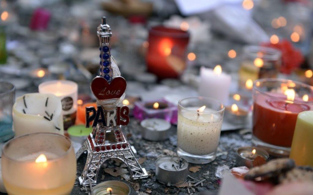 Bougies allumées en mémoire des victimes des attentats de Paris du 13 novembre 2015 (Crédit : AFP)