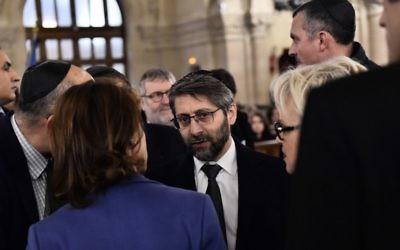 Le Grand Rabbin de France Haïm Korsia arrive avant un hommage aux victimes d'une série d'attaques meurtrières à la Grande synagogue de la Victoire, le 15 novembre 2015. (Crédit : AFP PHOTO / LOIC VENANCE)
