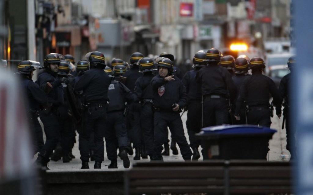 Les policiers prennent position dans le nord de Paris dans la banlieue du centre-ville de Saint-Denis, le 18 novembre 2015. (Crédit : AFP PHOTO / KENZO TRIBOUILLARD)
