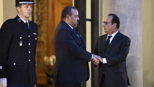 Le président français François Hollande (d) serre la main du roi Mohammed VI du Maroc à l'Elysée à Paris le 20 novembre 2015. (Crédit : AFP PHOTO / LIONEL BONAVENTURE)