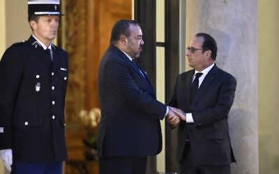Le président français François Hollande, à droite, avec le roi Mohammed VI du Maroc à l'Elysée, à Paris, le 20 novembre 2015. (Crédit : Lionel Bonaventure/AFP)