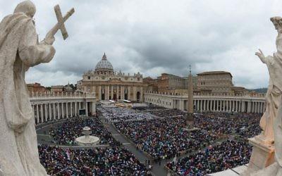 Vue générale de la foule rassemblée pour la messe de canonisation des papes Jean XXIII et Jean-Paul II à la place Saint-Pierre au Vatican, le 27 avril 2014 (Crédit : AFP / Vincenzo Pinto)