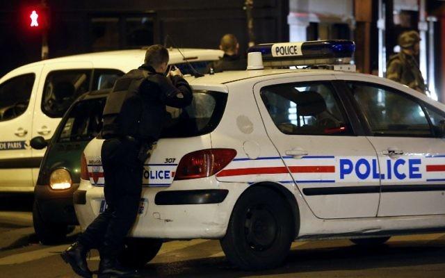 Les forces de police, les pompiers et les secouristes sécurisent la zone à proximité de la salle de concert du Bataclan à Paris, le 14 novembre 2015. (Crédit : AFP PHOTO / FRANCOIS GUILLOT)