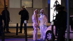 Les forces de police, les pompiers et les secouristes sécurisent la zone à proximité de la salle de concert du Bataclan à Paris, le 14 novembre 2015. (Crédit : François Guillot/AFP)