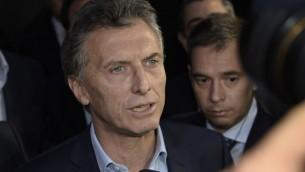 Le nouveau président argentin, Mauricio Macri, s'adressant à la presse de la résidence présidentielle Olivos, à Buenos Aires, où il est arrivé pour rencontrer la présidente sortante, Cristina Fernandez de Kirchne, le 24 novembre 2015 (Crédit : Juan Mabromata / AFP)