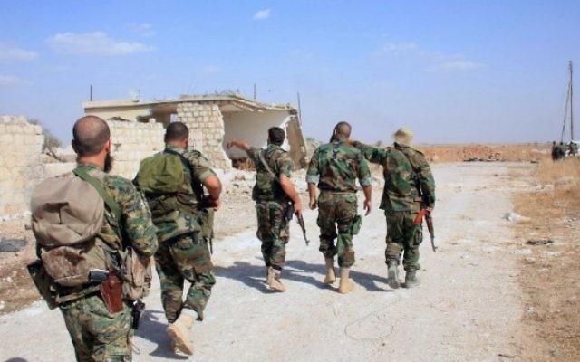 Des soldats syriens dans la zone autour de Kweiris, dans la province orientale d'Alep, en Syrie, le 16 octobre, 2015 (Crédit : AFP / George Ourfalian)