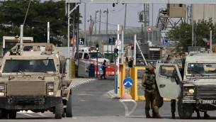 Les forces de sécurité israéliennes montent la garde au checkpoint de Gilboa / Jalama, situé au nord de la ville de Jénine en Cisjordanie le 24 octobre 2015 (Crédit : Jaafar ASHTIYEH / AFP)