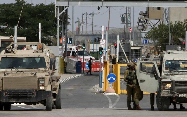 Les forces de sécurité israéliennes déployées au checkpoint de Gilboa / Jalama, situé au nord de la ville de Jénine, en Cisjordanie, le 24 octobre 2015. (Crédit : Jaafar Ashtiyeh/AFP)