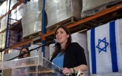 La vice-ministre des Affaires étrangères Tzipi Hotovely donne une conférence de presse dans une usine située dans la zone industrielle de Barkan, près d'Ariel en Cisjordanie, le 3 novembre 2015. (Crédit : AFP/Menahem Kahana)