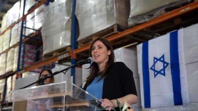 La ministre adjointe des Affaires étrangères, Tzipi Hotovely donne une conférence de presse le 3 novembre, 2015 dans une usine de plastique Lipski dans la zone industrielle de Barkan près d'Ariel en Cisjordanie, (Crédit : Menahem Kahana / AFP)