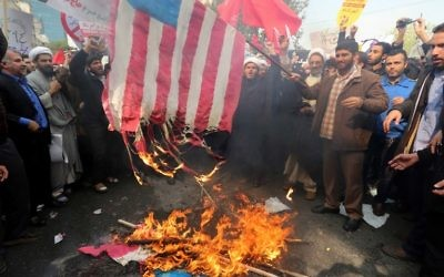 Plusieurs milliers de personnes ont manifesté à Téhéran en criant des slogans anti-américains et en brûlant des drapeaux pour célébrer le 36ème anniversaire de la prise de l'ambassade américaine à Téhéran, le 4 novembre 2015 (Crédit : AFP PHOTO / ATTA KENARE)