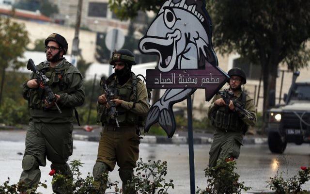 Des soldats israéliens à Hébron, le 6 novembre 2015. Illustration. (Crédit : AFP/Ahmad Gharabli)