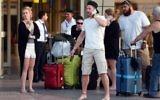 Les touristes britanniques arrivent à l'aéroport à la station balnéaire égyptienne de Charm el-Cheikh dans la mer Rouge, le 6 novembre 2015 (Crédit : Mohamed El-Shahed / AFP)
