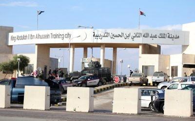 Les officiers de police et les forces de sécurité montent la garde à l'extérieur d'un centre de formation de la police d'Amman le 9 novembre 2015, où un officier jordanien a abattu deux soldats américains et en a blessé deux autres américains avant de se suicider. Le porte-parole du gouvernement Mohamed Moumni a déclaré que le tireur a également blessé deux instructeurs américains, quatre Jordaniens et un Libanais dans l'attaque (Crédit :  AFP PHOTO / STR)