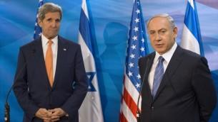 Le Premier ministre Benjamin Netanyahu, à droite, et le secrétaire d'Etat américain John Kerry lors d'une réunion au bureau du Premier ministre à Jérusalem, le 24 novembre 2015 (Crédit : AFP / POOL / ATEF SAFADI)
