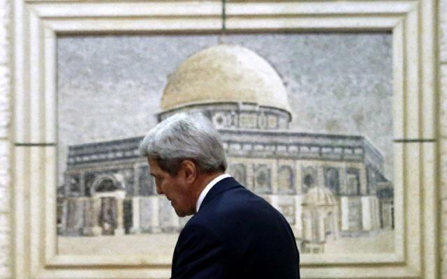 Le secrétaire d'Etat américain, John Kerry, arrivant au siège de l'Autorité palestinienne dans la ville de Ramallah en Cisjordanie pour des réunions avec des responsables palestiniens le 24 novembre 2015 (Crédit : AFP / ABBAS MOMANI)