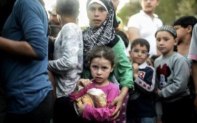 Des réfugiés syriens faisant la queue pour obtenir de la nourriture à Edirne près de la frontière entre la Turquie et la Grèce, le 17 septembre 2015. Illustration. (Crédit : Bulent Kilic/AFP)