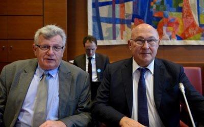 Le ministre français des Finances Michel Sapin (D) et le ministre du Budget Christian Eckert (G) assistent à leur audition par la Commission des finances de l'Assemblée nationale à propos de l'amendement de la France du projet de budget 2015 le 13 novembre 2015 à Paris. (Crédit : AFP PHOTO / ERIC PIERMONT)