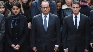 (Depuis la g) La ministre de l'éducation Najat Vallaud-Belkacem, le président Francois Hollande et le Premier ministre Manuel Valls observent une minute de silence le 16 novembre 2015 à l'université de la Sorbonne (Crédit : AFP PHOTO / POOL / STEPHANE DE SAKUTIN)